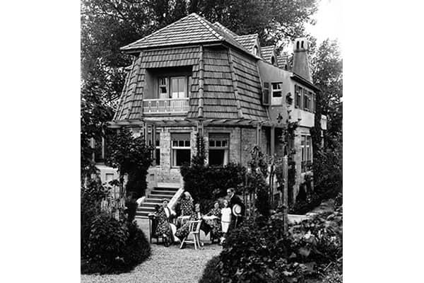 Henry & Maria van de Velde with their children in the garden of Hohe Pappeln